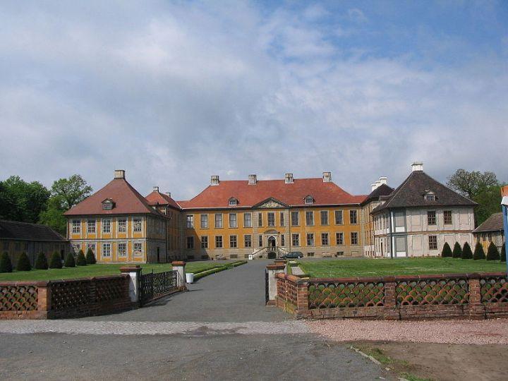 800px-Schloss_Oranienbaum_Ehrenhof