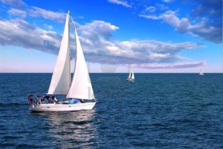 2668221-velero-vela-por-la-manana-con-nubes-y-cielo-azul