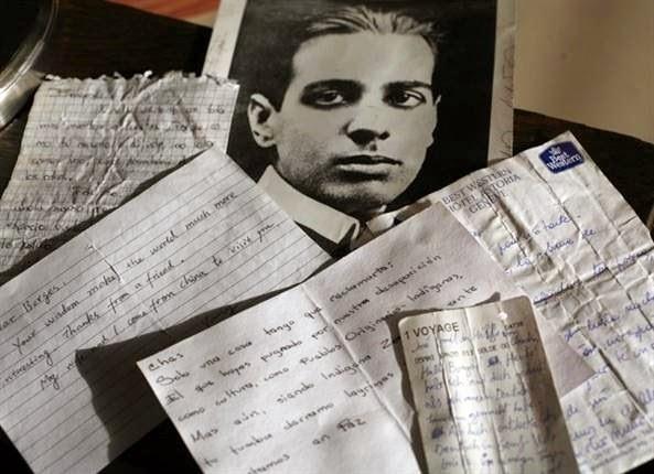 Cartas que lectores de Jorge Luis Borges le dejaron en su tumba en Ginebra. Foto Archivo LA NACION
