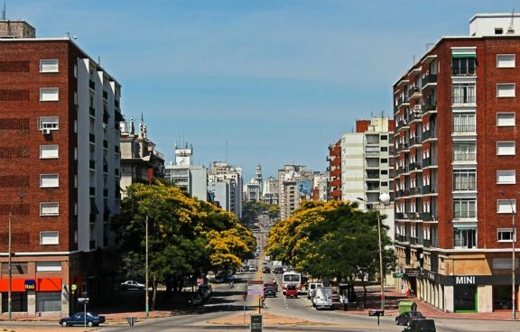 avenida-del-libertador-from-the-leg-montevideo-uruguay+1152_13655368405-tpfil02aw-23963