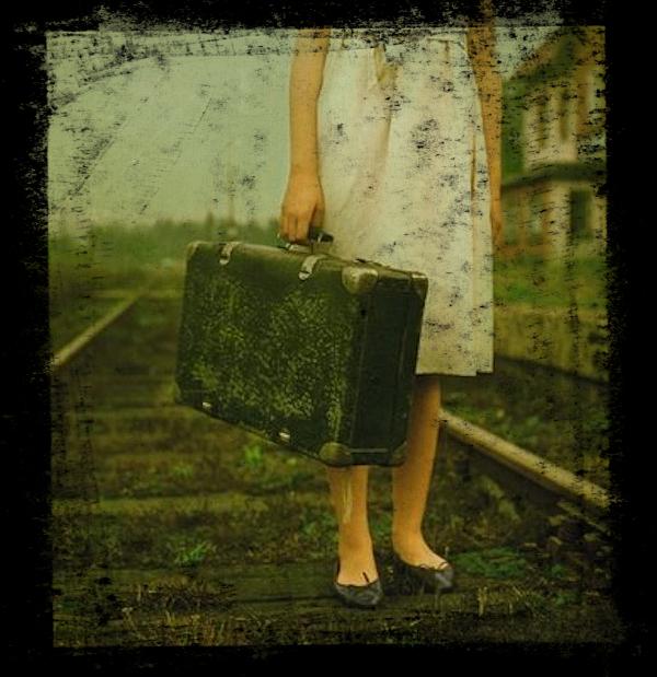 mujer-con-maleta-en-vc3ada-de-tren