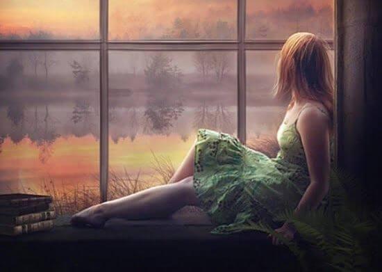 mujer-con-traje-verde-sentada-en-la-ventana