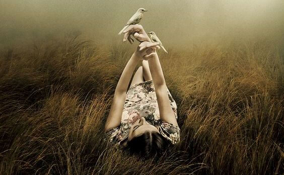 mujer-tumbada-con-pajaros-en-la-mano