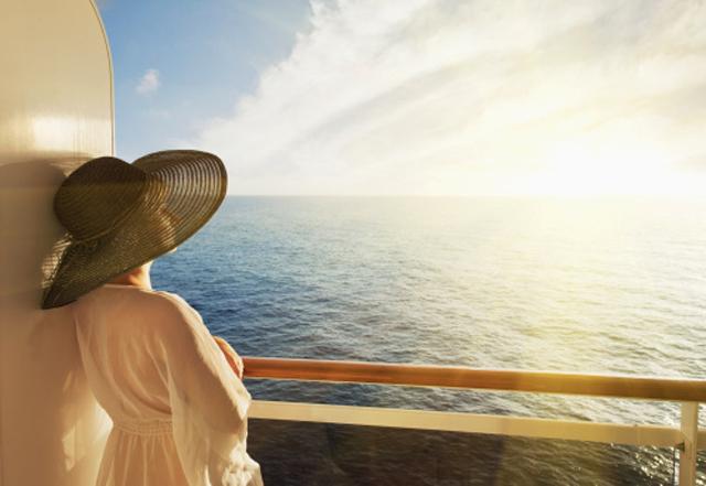 mujer-con-sombrero-mirando-al-mar