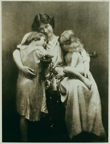 isadora-con-sus-hijos-deirdre-y-patrick-en-1912-un-ano-antes-del-accidente