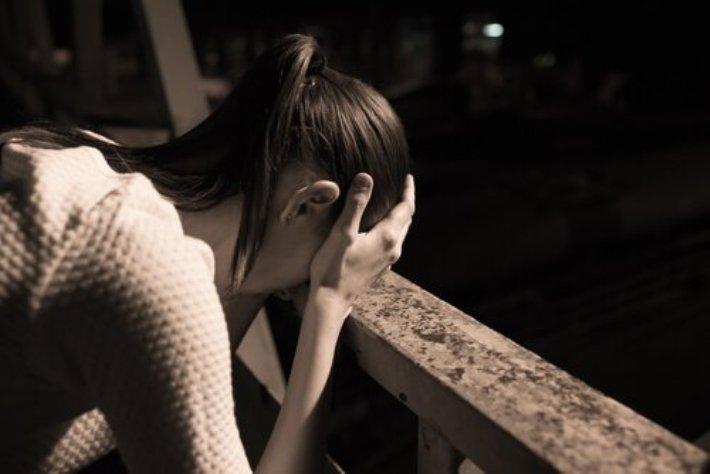 mujer-triste-con-miedo